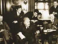 Von Journalisten umringt: Einstein 1934 in Pittsburgh